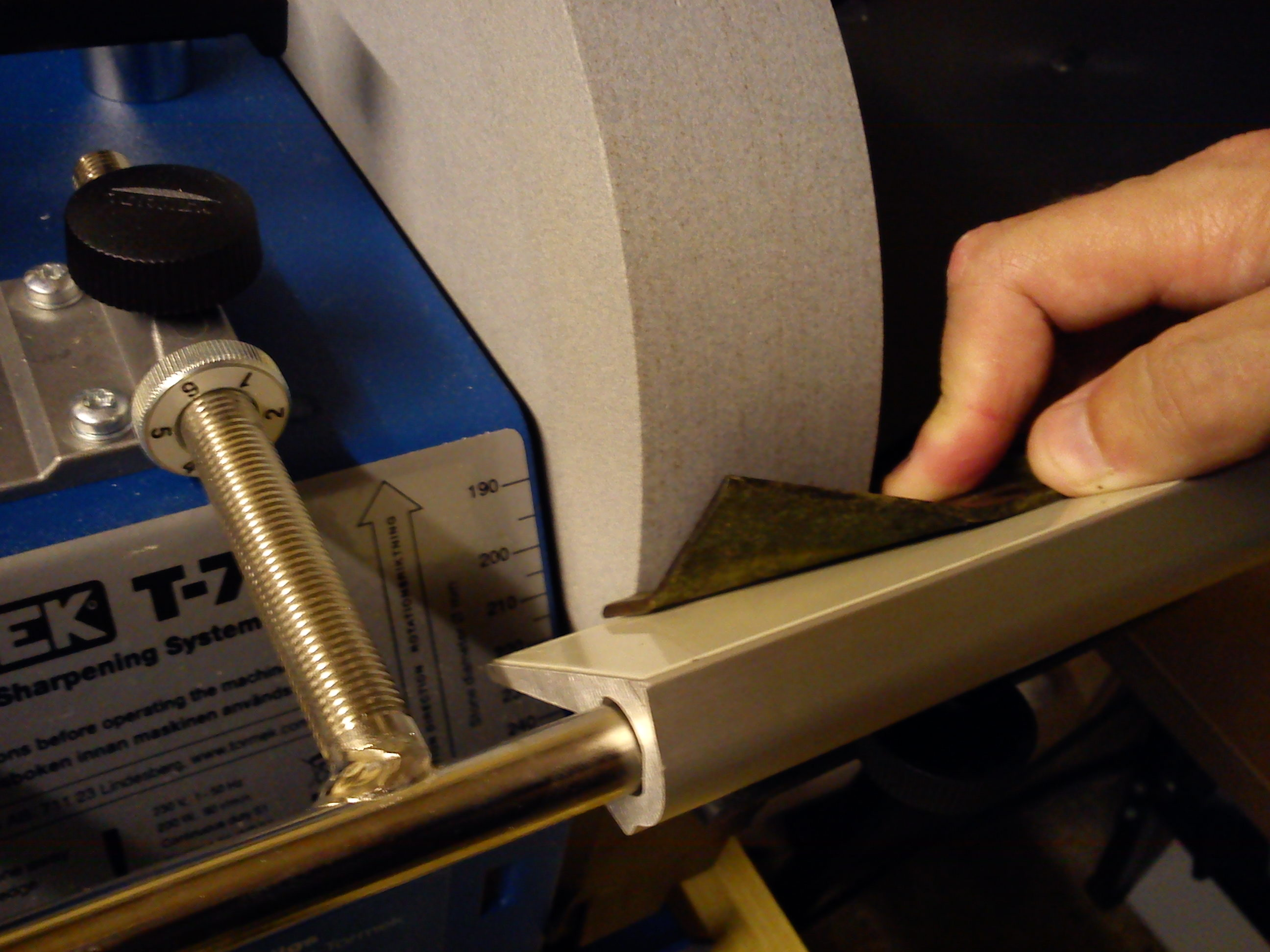 mock up photo of sharpening flymo pack a mow blade on tormek t7
