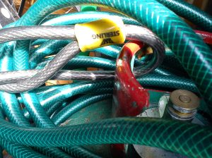Flexible cable looped through gas cylinder carry handle